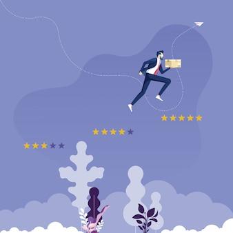 Empresário com caixa de produto pulando até cinco estrelas passo