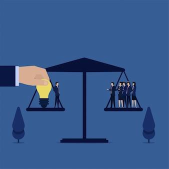 Empresário com idéia igual a uma metáfora da equipe de valor do empregado.