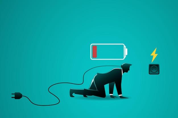 Empresário com indicador de bateria fraca rastejando para o plugue elétrico para carregar a energia