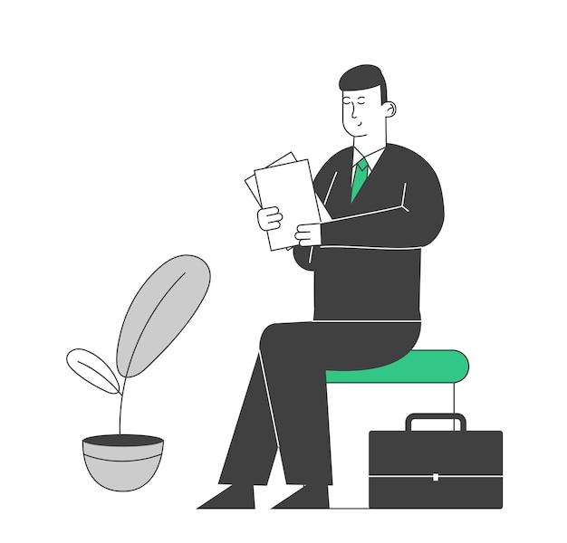 Empresário com roupa formal, segurando os documentos em papel nas mãos, esperando uma consulta no banco.