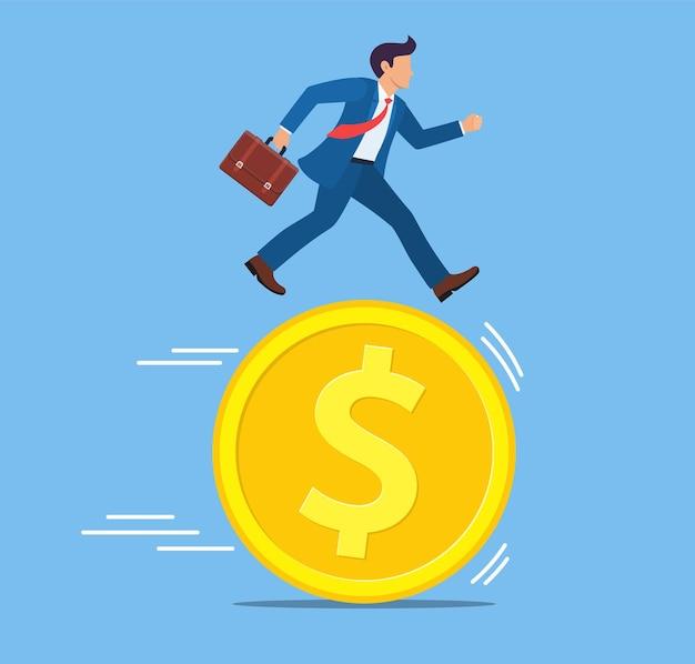 Empresário correndo com moedas de dólar de ouro,