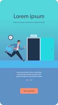 Empresário correndo para abrir a porta de saída do apartamento