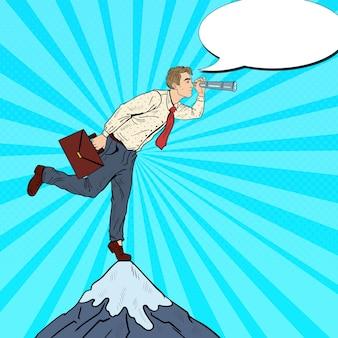 Empresário de arte pop com a luneta no pico da montanha. visão do negócio.