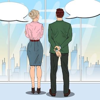 Empresário de arte pop falando com mulher de negócios.