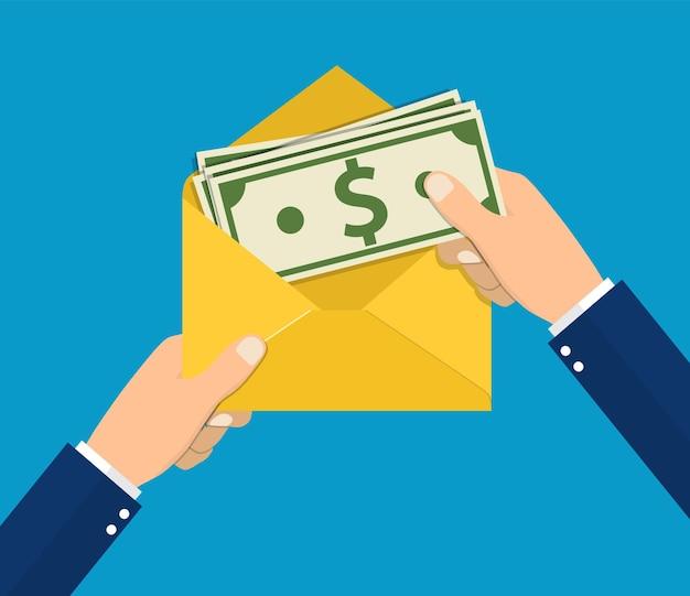 Empresário de mãos segurando um envelope com dinheiro