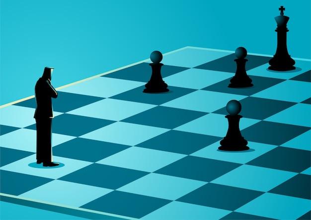 Empresário de pé enquanto pensava no tabuleiro de xadrez