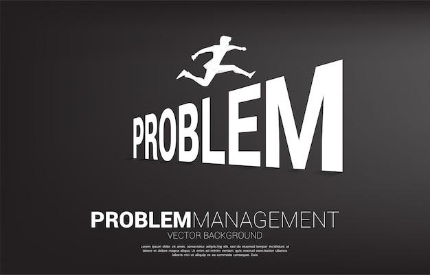 Empresário de silhueta pulando através do problema. conceito de plano de fundo para gerenciamento de crises e desafio nos negócios