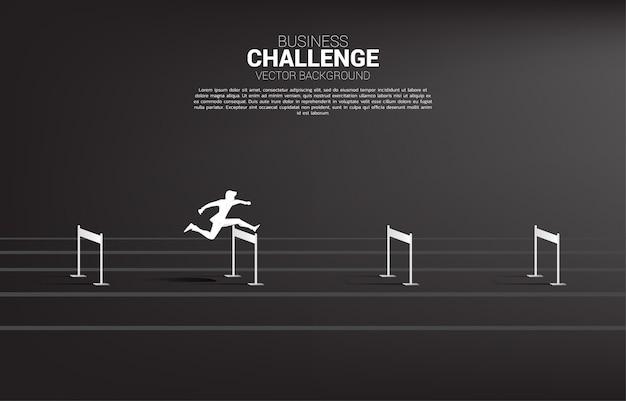 Empresário de silhueta pulando obstáculos obstáculo. conceito de plano de fundo para obstáculos e desafios nos negócios