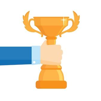 Empresário de sucesso, segurando o prêmio da taça de ouro na mão