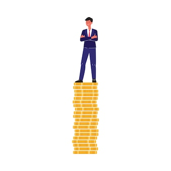 Empresário de terno sorri e fica de pé sobre uma pilha de moedas de ouro