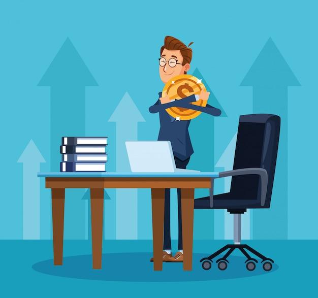 Empresário dos desenhos animados, abraçando uma mesa de escritório de moeda de dinheiro com computador portátil e livros