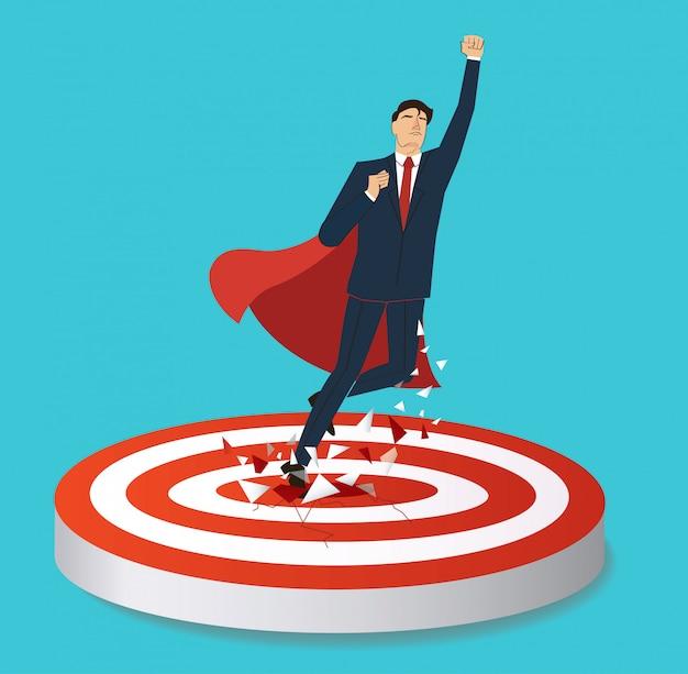 Empresário e capa vermelha breaking target tiro com arco