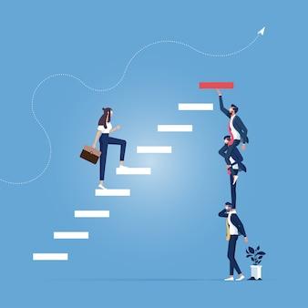 Empresário e empresária construindo etapas como equipe