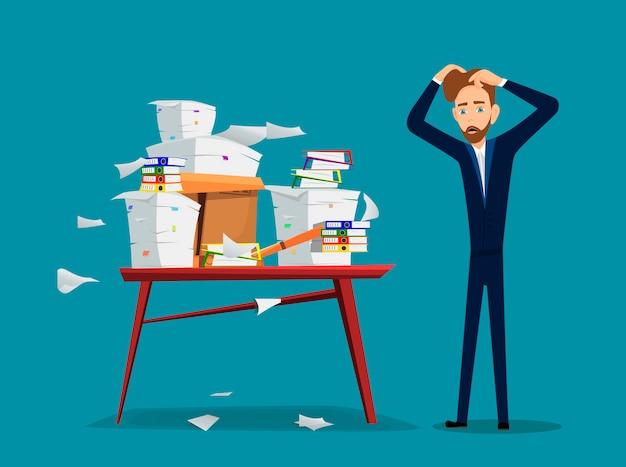 Empresário é perto de mesa com pilha de papéis de escritório e documentos
