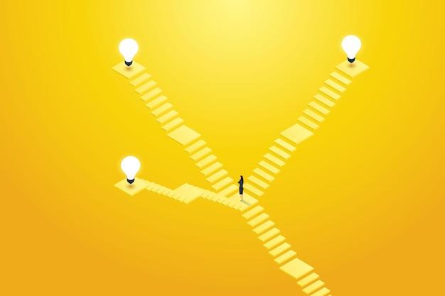Empresário em frente à escada decide qual caminho subir até a lâmpada