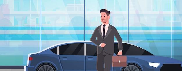 Empresário em pé perto de carro de luxo homem de terno segurando a mala vai trabalhar negócios