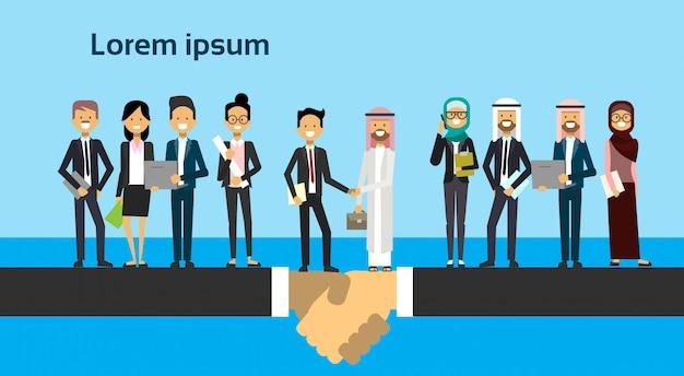 Empresário em terno de negócio, apertando as mãos, homem árabe, roupas tradicionais, misture raça, comprimento total, acordo negócio, e, parceria, conceito