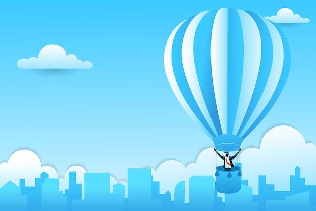 Empresário em um balão de ar quente sobre a cidade em fundo de nuvens