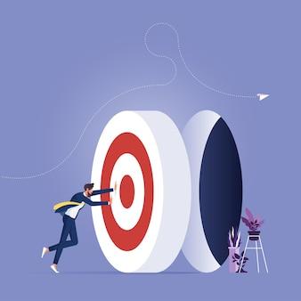 Empresário empurrando a grande meta, vá para a meta e o desafio do trabalho duro, fazendo metas e atingindo metas