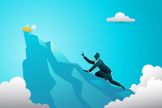 Empresário escalando em direção ao pico da montanha rastejando, tentando alcançar a coroa de ouro