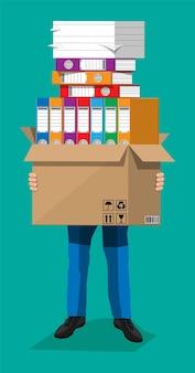 Empresário estressado detém pilha de documentos e pastas de escritório. homem de negócios sobrecarregado com pilhas de papéis. estresse no trabalho. burocracia, papelada, big data. ilustração vetorial em estilo simples