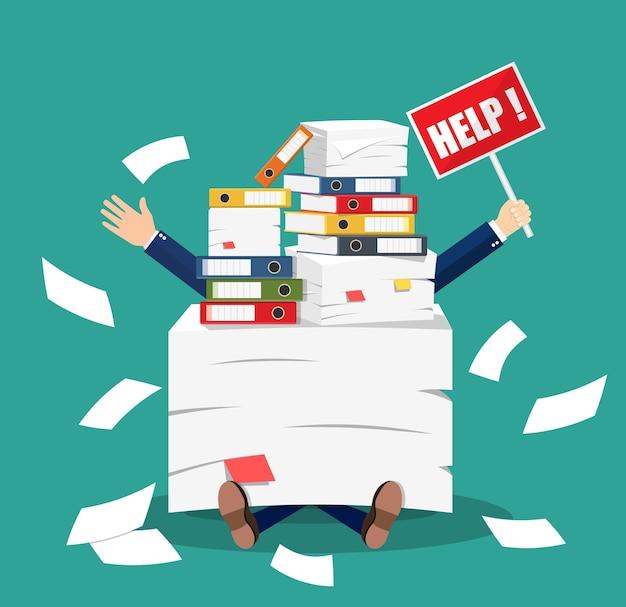 Empresário estressado sob a pilha de papéis de escritório e documentos com sinal de ajuda. estresse no trabalho. excesso de trabalho. pasta de arquivos. caixas de papelão. burocracia, papelada. ilustração vetorial em estilo simples
