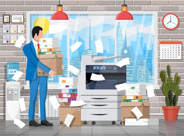 Empresário estressado sob a pilha de papéis e documentos do escritório