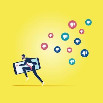 Empresário fugindo de ícones de comentários negativos, marketing de rede social ou conceito de reprovação de mídia social
