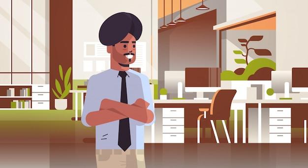 Empresário indiano no turbante mãos dobradas homem de negócios no espaço de coworking moderno escritório quarto interior espaço de trabalho criativo horizontal retrato plano