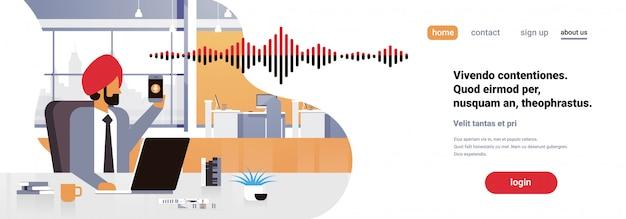 Empresário indiano segurar telefone inteligente banner