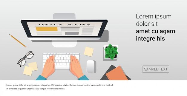Empresário, lendo artigos de notícias diárias na tela do monitor do computador, jornais on-line, mídia de massa