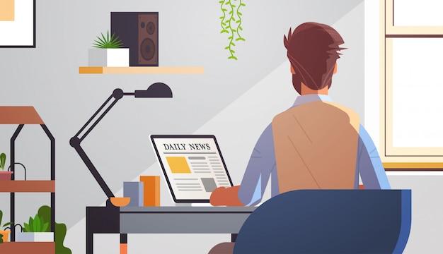 Empresário, lendo artigos de notícias diárias no conceito de mídia de massa do jornal on-line da tela do laptop