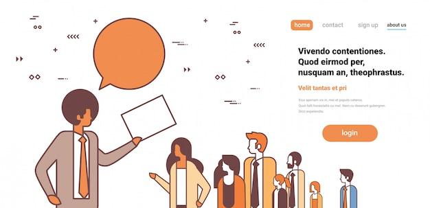 Empresário líder da equipe segurar papel documento bate-papo bolha comunicação negócios pessoas grupo trabalhando reunião personagem de desenho animado