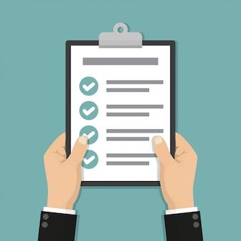 Empresário mãos segurando uma lista de verificação da área de transferência em um design plano