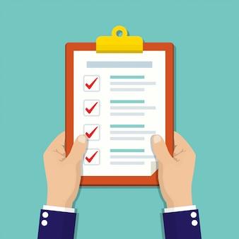 Empresário mãos segurando uma prancheta com lista de verificação em um design plano