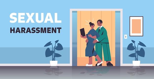 Empresário molestando funcionária assédio sexual no trabalho empresária sentindo nojo corredor do escritório interior horizontal ilustração vetorial de corpo inteiro