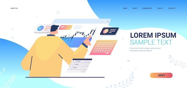 Empresário monitorando página de destino do mercado financeiro de ações