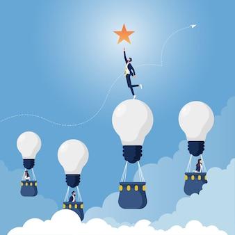Empresário na estrela de alcance de lâmpada incandescente