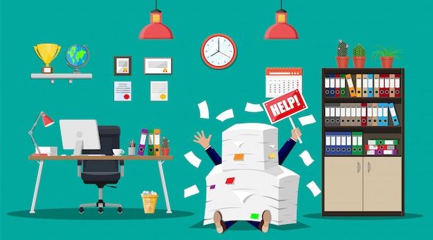 Empresário na pilha de papéis de escritório