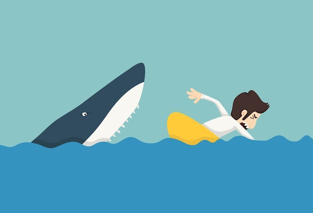 Empresário nadando para escapar dos tubarões
