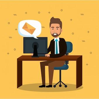 Empresário no escritório com ícones de marketing de e-mail