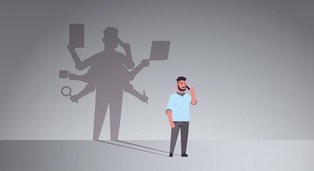 Empresário ocupado falando na sombra do telefone do homem de negócios com muitas mãos