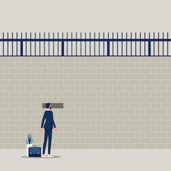 Empresário olhando para fora por um buraco em uma enorme parede de prisão novas possibilidades e esperança