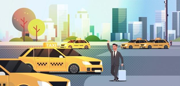 Empresário pegando táxi no homem de negócios de rua com roupa formal com bagagem, parando a paisagem urbana de serviço de transporte de cidade de táxi amarelo