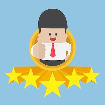 Empresário polegares para cima com classificação de cinco estrelas