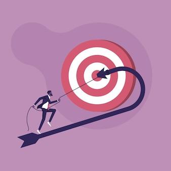 Empresário puxando a flecha para cima para mudar de direção e atingir ele mesmo os alvos