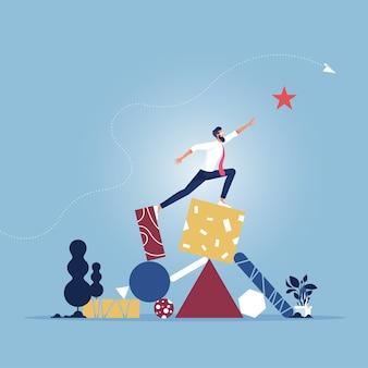 Empresário se equilibrando em formas geométricas e alcançando a estrela.