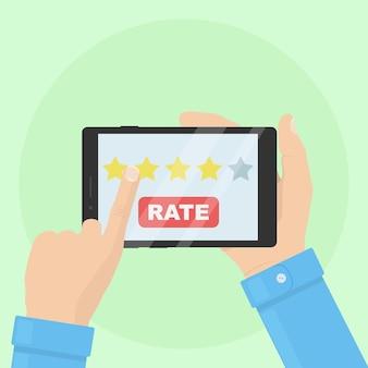 Empresário segura tablet com cinco estrelas na tela.