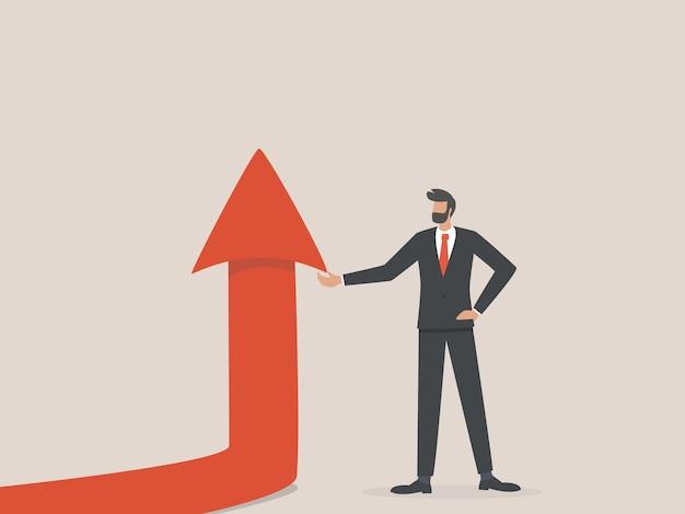 Empresário segurando a seta subindo, conceito de crescimento, sucesso e realização.
