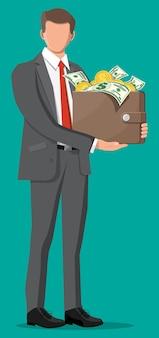 Empresário segurando uma carteira de couro cheia de moedas de ouro